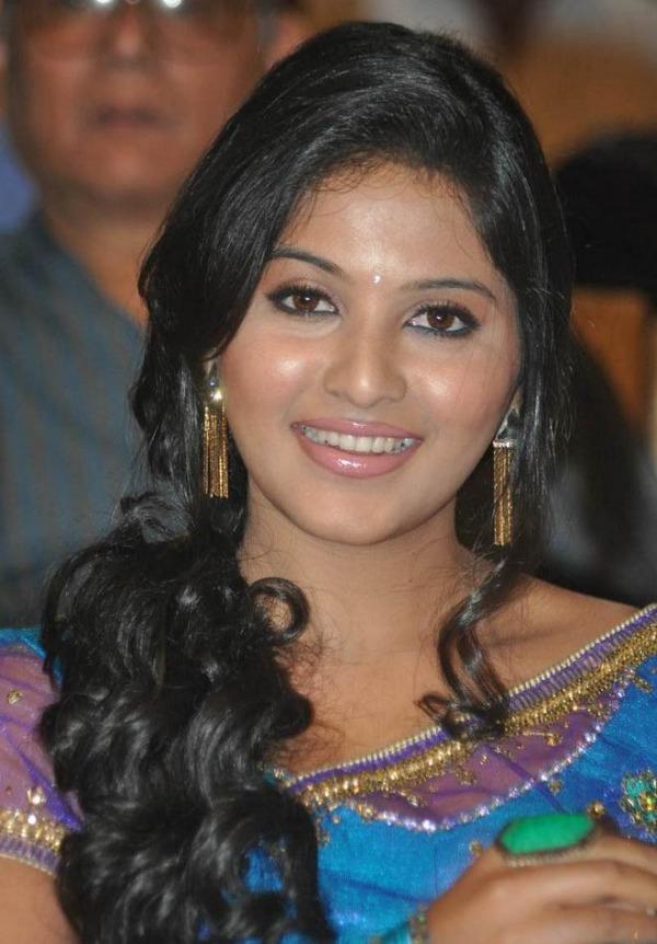 anjali saree stills at svsc audio launch 11 Anjali Hot Photos At SVSC Audio Launch