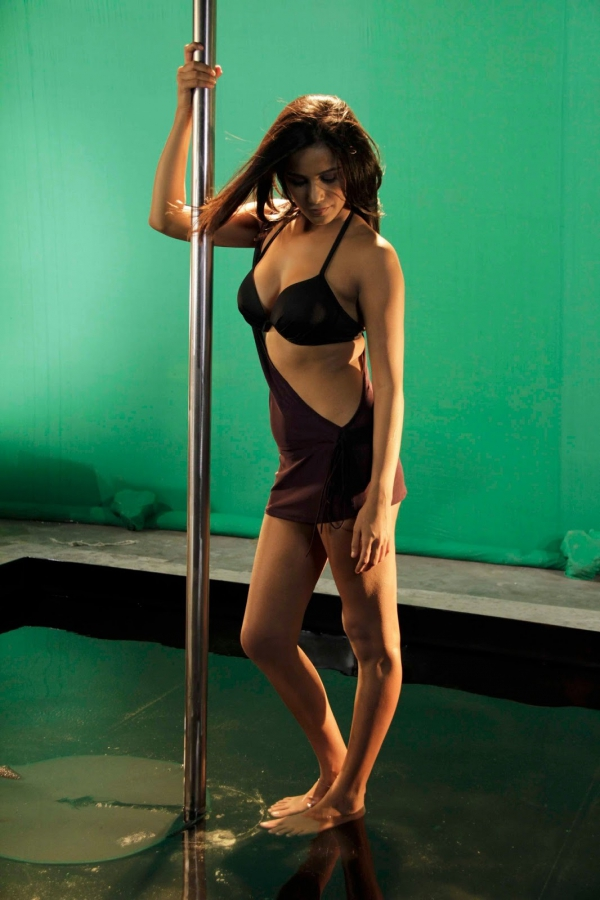 poonam pandey pole dance on sets of nasha 10 Poonam Pandey Pole Dance on Sets of Nasha Hot Photos