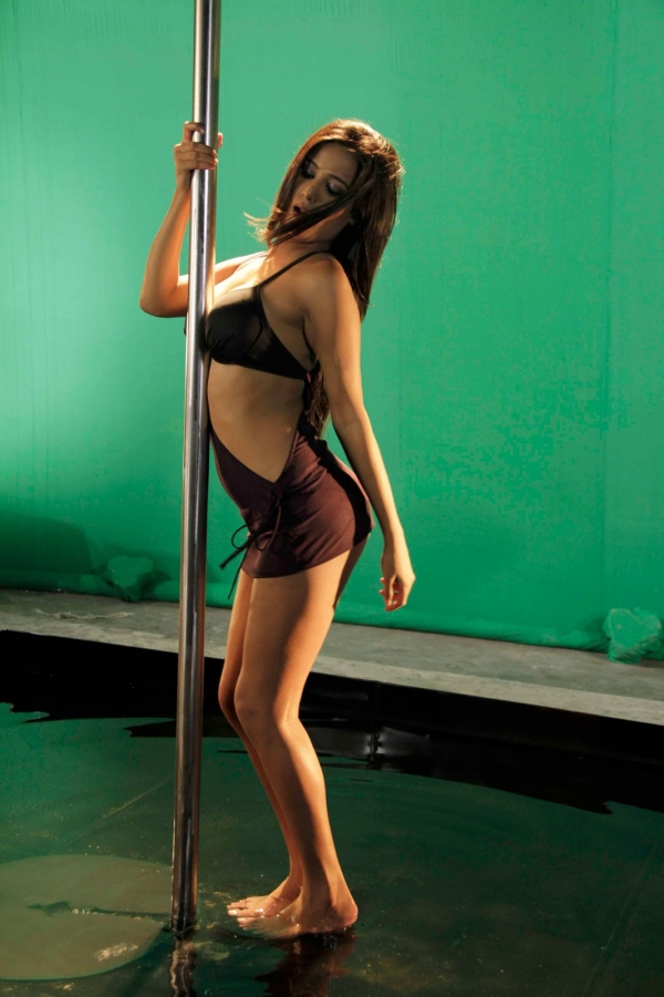poonam pandey pole dance on sets of nasha 11 Poonam Pandey Pole Dance on Sets of Nasha Hot Photos
