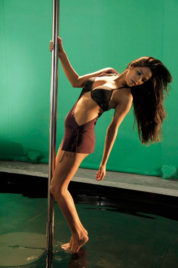 poonam pandey pole dance on sets of nasha 13 Poonam Pandey Pole Dance on Sets of Nasha Hot Photos