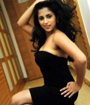 aasheeka-hot-cleavage-show-pictures-in-blue-skirt-04
