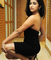 aasheeka-hot-cleavage-show-pictures-in-blue-skirt-06
