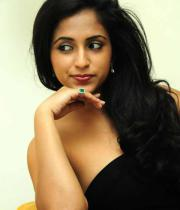 aasheeka-hot-cleavage-show-pictures-in-blue-skirt-14