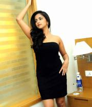 aasheeka-hot-cleavage-show-pictures-in-blue-skirt-17