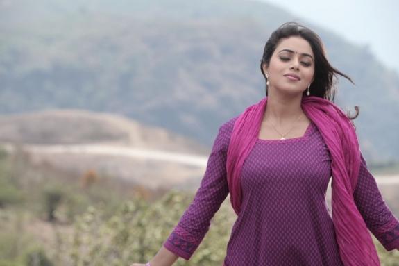 actress-actress-poorna-latest-hot-photos-13