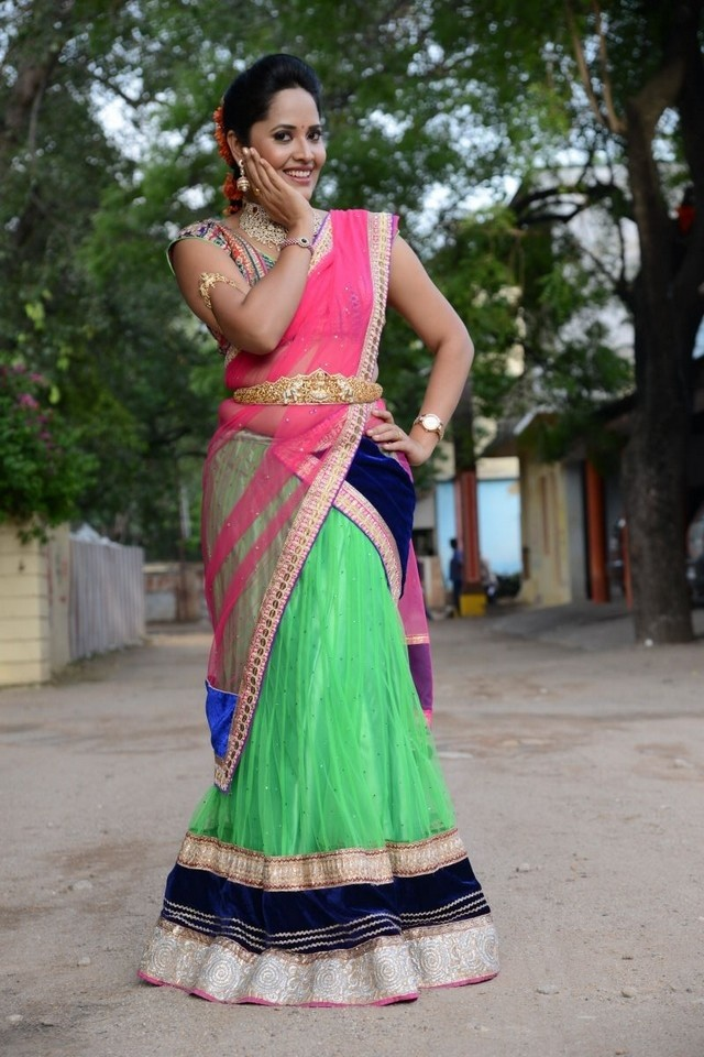96930-anchor-anasuya-in-half-saree-01