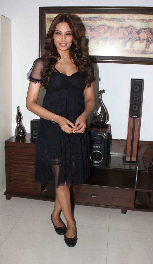 bipasha-basu-latest-stills-in-black-14