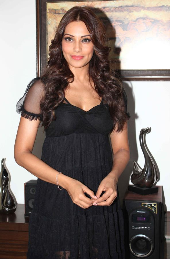 bipasha-basu-latest-stills-in-black-2