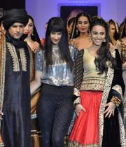 actor-swara-baskar-and-pankaj-bhatia-showstoppers-for-maushmi-badra-collection-bpbfw-9