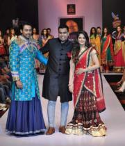 designer-sagar-tenali-with-actors-parul-yadav-karthik-jairam-showcasing-his-collection-at-day-3-of-bpbfw-9