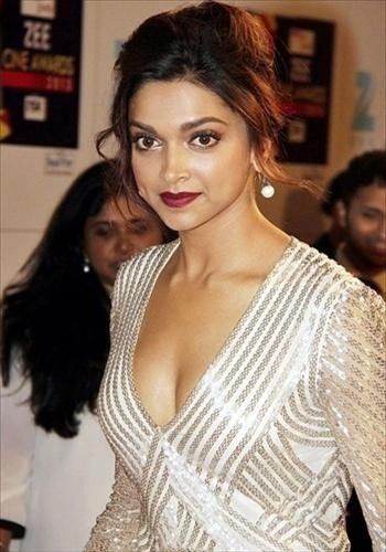 deepika-at-zee-awards-2013_03