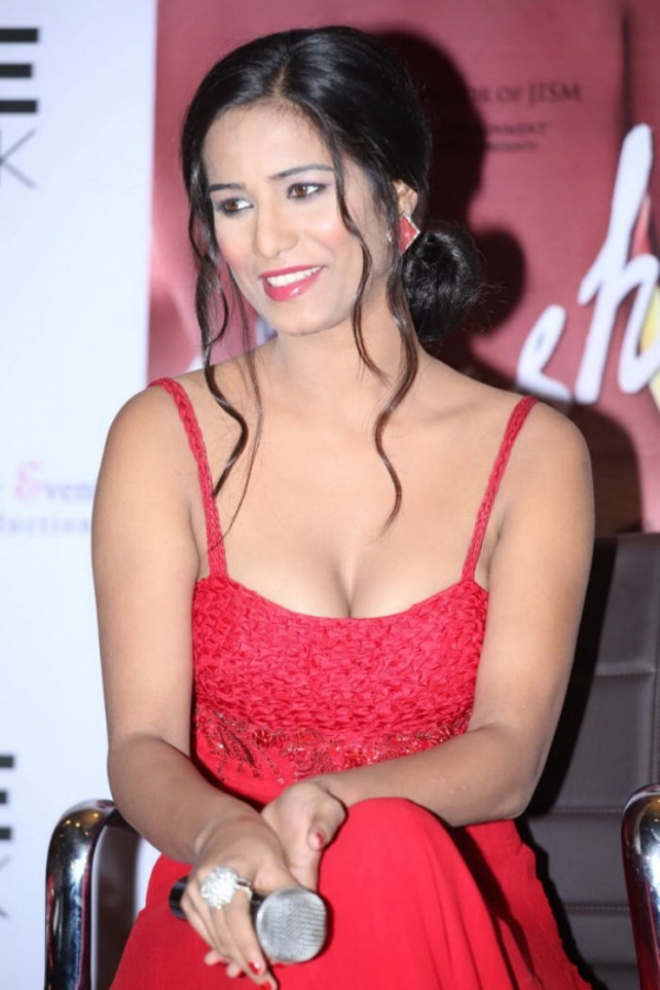 poonam_pandey_latest_hot_photos_sleeveless_red_long_gown_dress_02406a8