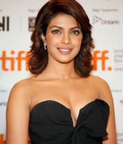 priyanka-chopra-hot-cleavage-show1