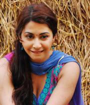 gayatri-photo-in-dorakadu-movie-4