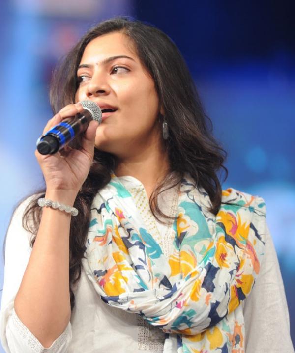 geetha-madhuri-performance-at-thadaka-audio-3
