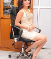 gjg-actress-isha-talwar-hot-stills-13