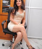 gjg-actress-isha-talwar-hot-stills-14
