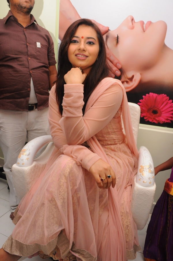 isha-chawla-at-de-charms-spa-n-salon-launch111206