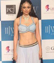 kangana-ranaut-stills-at-iijw-2013-14