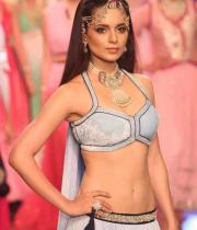 kangana-ranaut-stills-at-iijw-2013-15