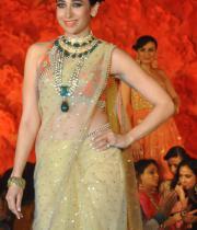 karisma-kapoor-ramp-walks-for-maheka-mirpuri-22