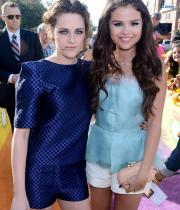 kristen-stewart-and-selena-gomez-kids-choice-awards-2013