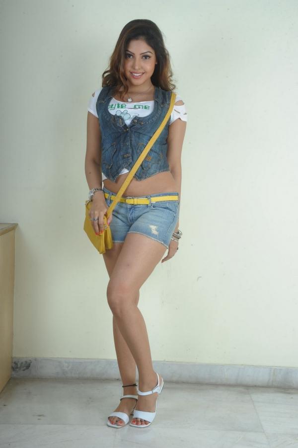 komal-jha-hot-thigh-showing-photos-1