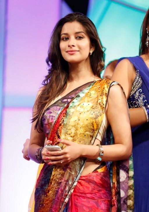 madhurima-saree-stills-at-tsr-film-awards-11