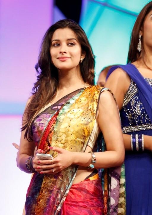 madhurima-saree-stills-at-tsr-film-awards-12
