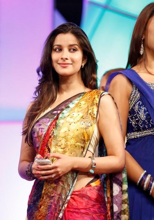 madhurima-saree-stills-at-tsr-film-awards-13