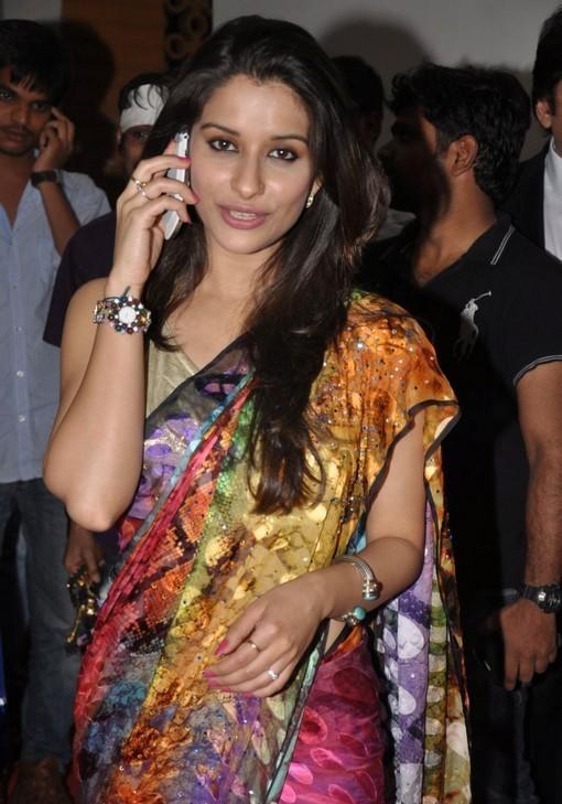 madhurima-saree-stills-at-tsr-film-awards-15