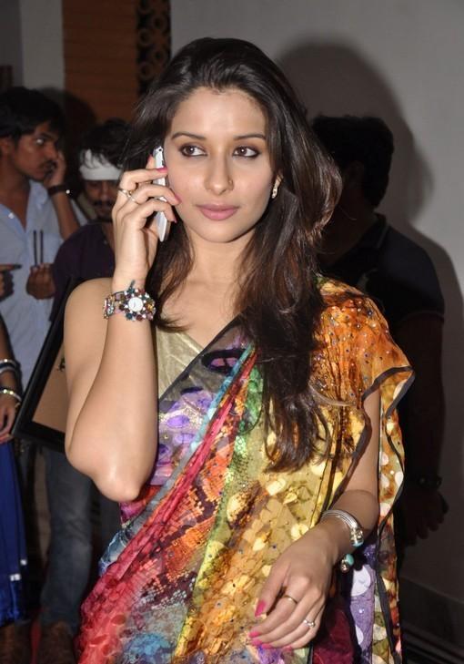 madhurima-saree-stills-at-tsr-film-awards-17
