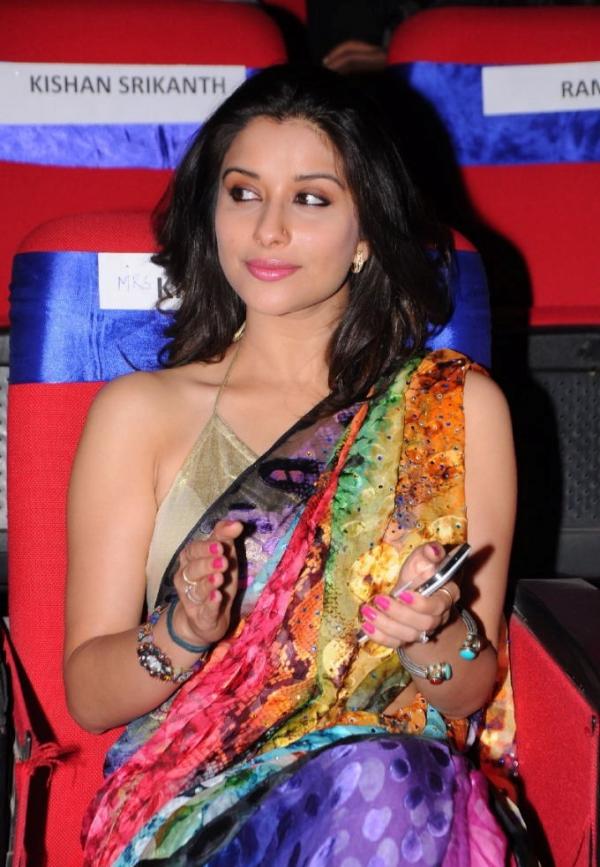 madhurima-saree-stills-at-tsr-film-awards-19