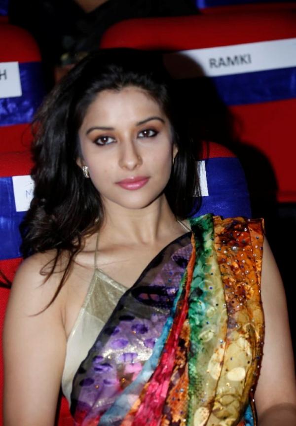 madhurima-saree-stills-at-tsr-film-awards-2