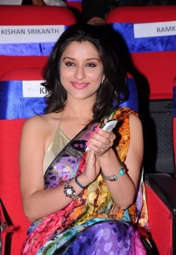 madhurima-saree-stills-at-tsr-film-awards-20