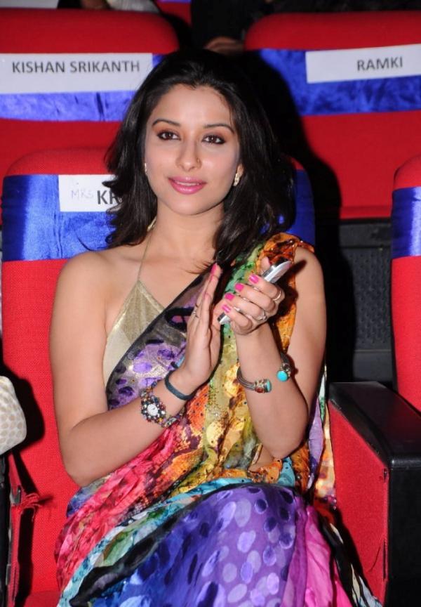 madhurima-saree-stills-at-tsr-film-awards-21