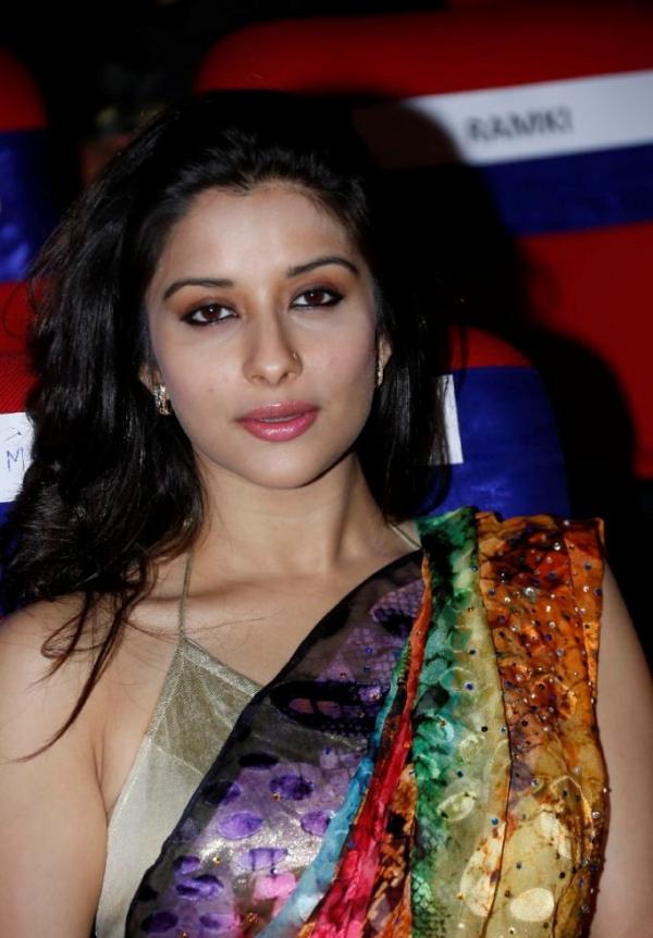 madhurima-saree-stills-at-tsr-film-awards-6