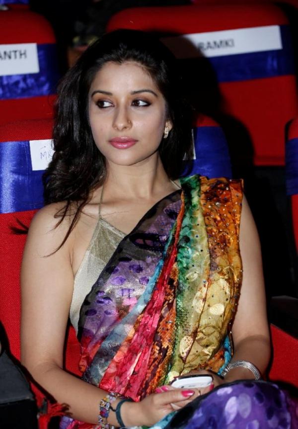 madhurima-saree-stills-at-tsr-film-awards-7
