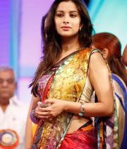 madhurima-saree-stills-at-tsr-film-awards-9