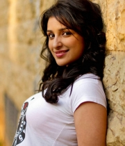parineeti-chopra-latest-stills-2