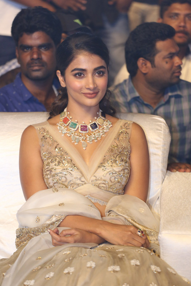 pooja-hegde-at-maharshi-pre-release-event-photos_1