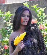 poonam-pandey-promotes-waterless-holi-04