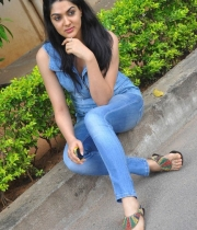 sakshi-new-stills-14