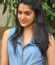 sakshi-new-stills-4