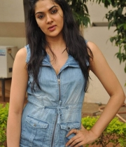 sakshi-new-stills-8