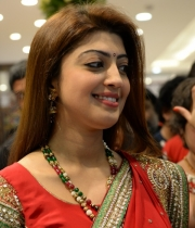 pranitha-photos-at-kalamandir-new-showroom-launch-14