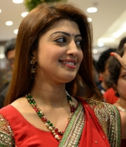 pranitha-photos-at-kalamandir-new-showroom-launch-15