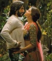 deepika-padukone-hot-stills-with-ranveer-singh-in-ram-leela-movie-2