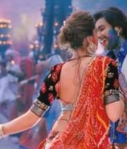 deepika-padukone-hot-stills-with-ranveer-singh-in-ram-leela-movie-4