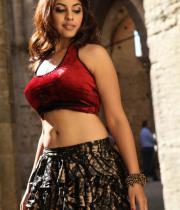 richa-gangopadhyay-navel-show-in-mirchi-02